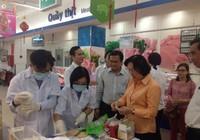 Người tiêu dùng kiểm tra rau quả an toàn ngay tại siêu thị