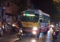 Xe máy chặn đầu xe buýt lấn làn: Ai đúng, ai sai?