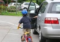 Mở cửa ô tô bất cẩn có bị xử phạt?