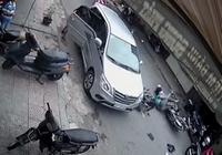 Mở cửa xe ẩu, làm 2 xe máy té văng ra đường
