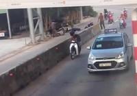 Taxi mở cửa gây tai nạn rồi rồ ga bỏ chạy