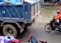 Xe tải lùi không cảnh báo, người phụ nữ suýt bị nạn