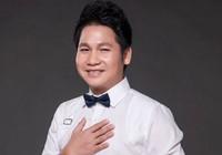 Ca sĩ Trọng Tấn mặc áo hoa hát nhạc đỏ