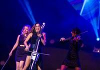 Bốn cô gái bốc lửa của BOND làm 'nóng' sân khấu Việt