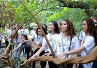 Người đẹp Hoa hậu Bản sắc Việt thích thú với cây ổi 'biết cười'