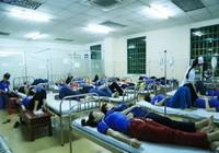 Hàng trăm công nhân nghi bị ngộ độc sau bữa ăn chiều