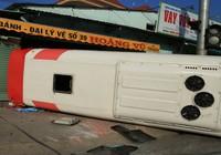 Xe khách đầu đầu container, 10 người bị thương nặng