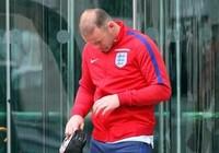 Tóc Wayne Rooney biến mất bí ẩn sau trận thua thảm hại trước Iceland
