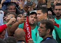 Cristiano Ronaldo chụp ảnh 'tự sướng' với fan trước trận gặp xứ Wales