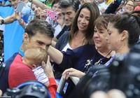 Michael Phelps hôn con trai bé bỏng mừng chiếc HCV thứ 21