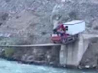 Nín thở coi xe tải qua cầu treo