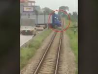 Tàu hỏa suýt đâm xe tải vì tài xế cố vượt qua đường ray