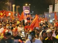 Clip: Người dân đổ ra đường ăn mừng chiến thắng lịch sử