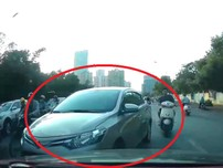 Tài xế 'cứng' ngăn hàng loạt ô tô, xe máy lấn làn