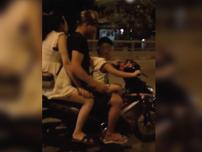 Hãi hùng em bé chở cha mẹ đầu trần phóng vun vút trên đường