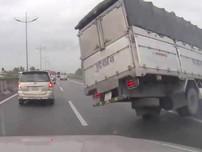 Xe tải nổ vỏ, lật ngang trên cao tốc TP.HCM-Trung Lương