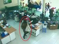 Clip 2 thanh niên cướp bao tải tiền ở ngân hàng