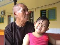 Đôi vợ chồng bán nhà nuôi người già và trẻ mồ côi