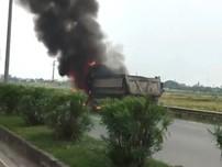 Xe tải bốc cháy dữ dội trên quốc lộ 21B