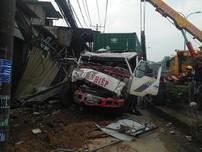 Hiện trường xe container tông 6 nhà dân ở Bình Chánh