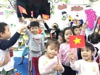 Các bé mầm non cổ vũ đội tuyển Việt Nam