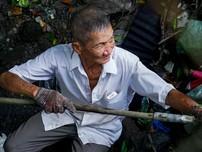 40 năm miệt mài vớt rác không công trên kênh