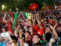 Cổ động viên cả nước ăn mừng chiến thắng của ĐT Việt Nam