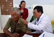 Bác sĩ thành phố  về U Minh thăm bệnh cho bà con