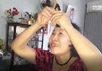 Clip: Vợ ông Lữ Anh Dồi thắp nhang báo tin cho chồng