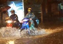 Mưa to cuối tuần, dân TP.HCM lội nước về nhà