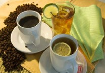 Tại sao phải uống nước trước khi uống trà, cà phê?