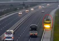 Dừng xe trên cao tốc, sống chết trong gang tấc