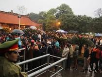 Chùm ảnh đội mưa xếp hàng từ nửa đêm chờ lấy ấn đền Trần
