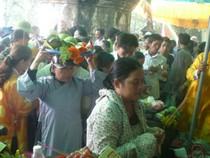 Chùm ảnh: Hàng nghìn người chen chúc tại lễ hội điện Huệ Nam