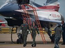Trung Quốc 'trình làng' nữ phi công lái máy bay biểu diễn
