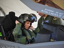 Cận cảnh nữ phi công đầu tiên trong lịch sử lái F-35
