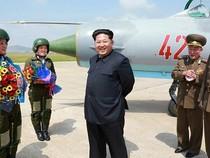 Kim Jong-un khen các nữ phi công là 'hoa trên bầu trời'