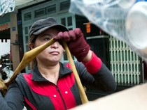Chùm ảnh: Một ngày của chị ve chai nhặt được 5 triệu yen