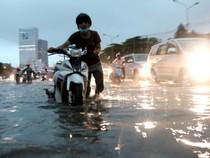 Sài Gòn ngập như sông, người dân 'bơi' về nhà