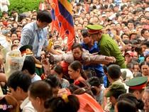 Choáng ngợp trước biển người chen chúc tại lễ hội đền Hùng