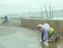 Kinh hoàng cơn lốc cao 100 m xuất hiện trong cơn bão Mujigae