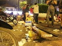 Rác tràn lan ở trung tâm Sài Gòn trong đêm Noel