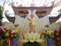 Thành phố rực rỡ màu sắc giữa mùa lễ Phật Đản