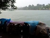 Hà Nội: Người dân đội mưa đi xem pháo hoa