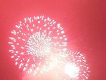 Clip người dân Hà Nội đội mưa đi xem pháo hoa