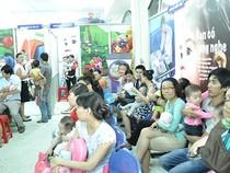 TP.HCM: Cả gia đình đi lấy số tiêm vaccine dịch vụ