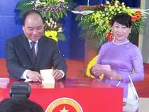 Thủ tướng Nguyễn Xuân Phúc cùng phu nhân bỏ phiếu tại Hải Phòng