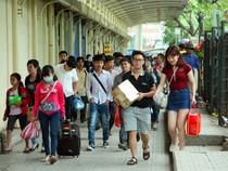 Người dân đổ dồn về Hà Nội sau 3 ngày Giỗ tổ