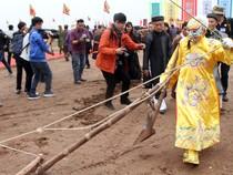 """Hình ảnh """"Vua"""" xuống đồng đi cày khai hội Tịch Điền"""