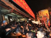 Hàng ngàn người nghẹt thở chờ phát ấn đền Trần